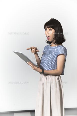 タブレットを操作する若い女性の写真素材 [FYI01194531]
