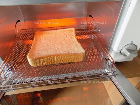 食パンとトースターの写真素材 [FYI01194575]