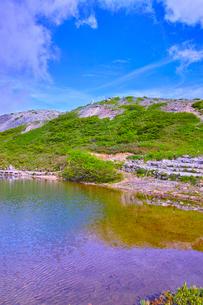 新緑の八方池とケルンの写真素材 [FYI01194597]
