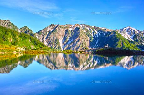 朝日を浴びた新緑の八方池と白馬三山の写真素材 [FYI01194602]