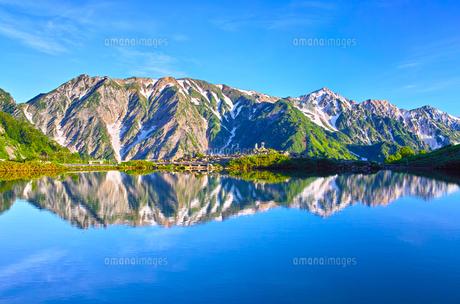 朝日を浴びた新緑の八方池と白馬三山の写真素材 [FYI01194603]