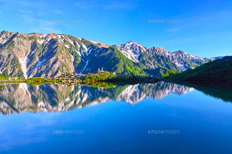 朝日を浴びた新緑の八方池と白馬三山の写真素材 [FYI01194604]