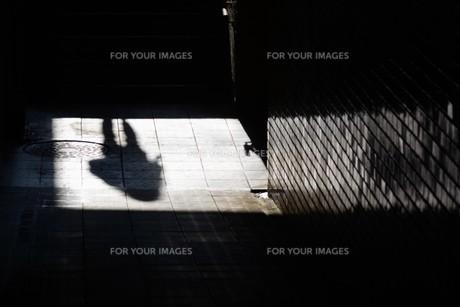 抽象 / 地下道の光と影の写真素材 [FYI01194676]