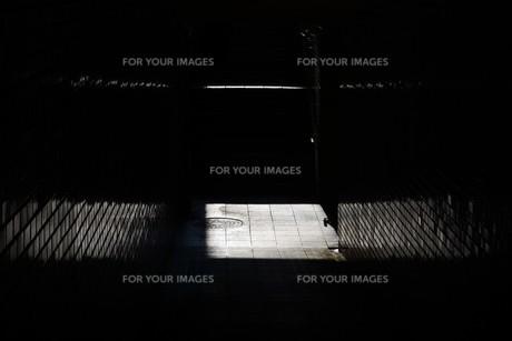 抽象 / 地下道の光と影の写真素材 [FYI01194677]