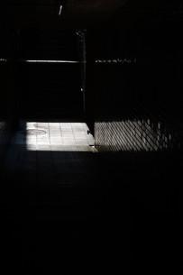 抽象 / 地下道の光と影の写真素材 [FYI01194678]
