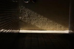 抽象 / 地下道の光と影の写真素材 [FYI01194680]