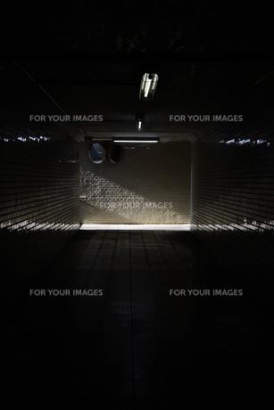 抽象 / 地下道の光と影の写真素材 [FYI01194681]