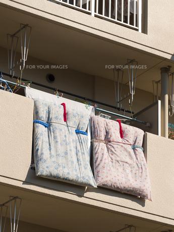 布団を干したベランダの写真素材 [FYI01194747]