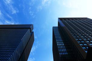 青空の下に立つ丸の内のオフィスビルの写真素材 [FYI01194827]