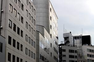 白いビルの並ぶ街の風景の写真素材 [FYI01194828]