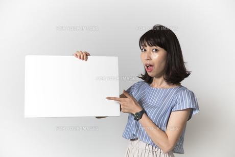 ホワイトボードを持つ若い女性の写真素材 [FYI01194845]