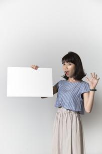 ホワイトボードを持つ若い女性の写真素材 [FYI01194846]