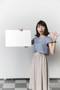 ホワイトボードを持つ若い女性の写真素材 [FYI01194847]