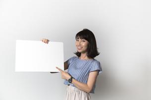 ホワイトボードを持つ若い女性の写真素材 [FYI01194848]
