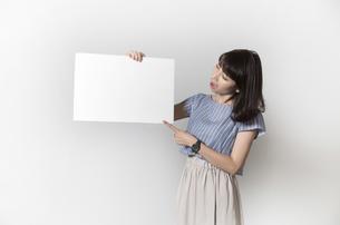 ホワイトボードを持つ若い女性の写真素材 [FYI01194849]