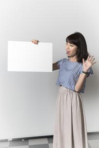 ホワイトボードを持つ若い女性の写真素材 [FYI01194850]