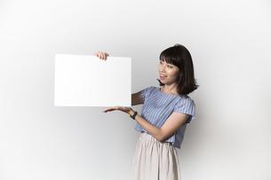 ホワイトボードを持つ若い女性の写真素材 [FYI01194851]