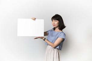 ホワイトボードを持つ若い女性の写真素材 [FYI01194852]