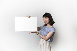 ホワイトボードを持つ若い女性の写真素材 [FYI01194853]
