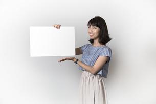 ホワイトボードを持つ若い女性の写真素材 [FYI01194854]