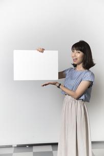 ホワイトボードを持つ若い女性の写真素材 [FYI01194855]