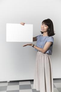 ホワイトボードを持つ若い女性の写真素材 [FYI01194856]