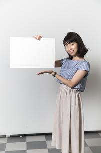 ホワイトボードを持つ若い女性の写真素材 [FYI01194857]