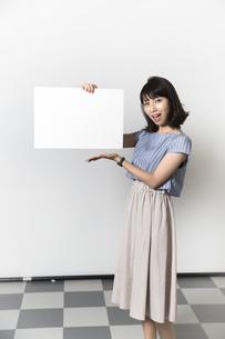 ホワイトボードを持つ若い女性の写真素材 [FYI01194858]