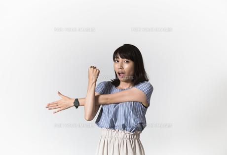 ストレッチをする若い女性の写真素材 [FYI01194993]