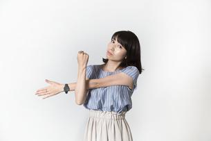 ストレッチをする若い女性の写真素材 [FYI01194996]