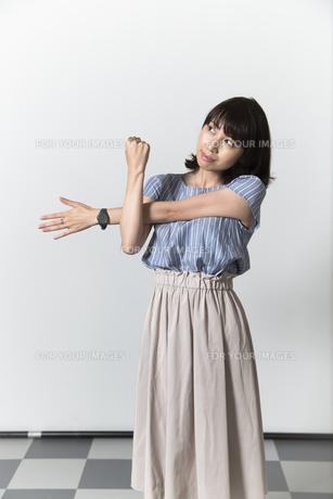 ストレッチをする若い女性の写真素材 [FYI01194998]