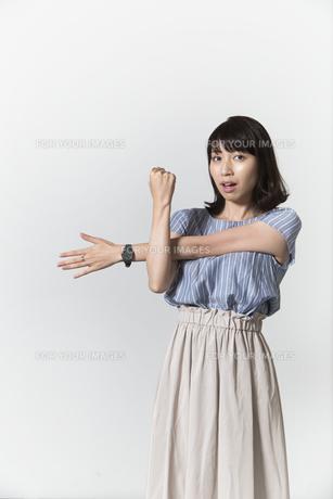 ストレッチをする若い女性の写真素材 [FYI01194999]