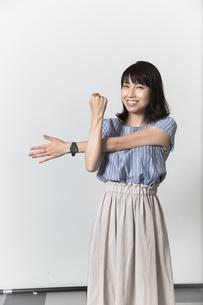 ストレッチをする若い女性の写真素材 [FYI01195000]