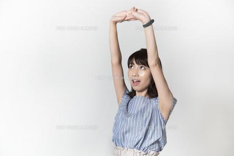 ストレッチをする若い女性の写真素材 [FYI01195001]
