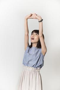 ストレッチをする若い女性の写真素材 [FYI01195002]