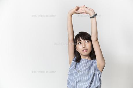 ストレッチをする若い女性の写真素材 [FYI01195003]