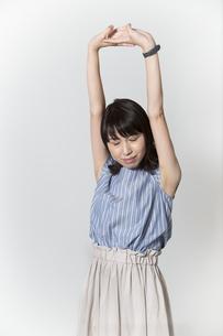 ストレッチをする若い女性の写真素材 [FYI01195005]