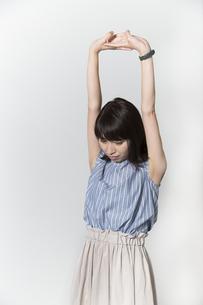 ストレッチをする若い女性の写真素材 [FYI01195006]