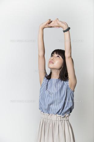 ストレッチをする若い女性の写真素材 [FYI01195007]