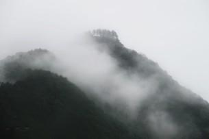 霧の山なみ・晩秋の山里の写真素材 [FYI01195034]