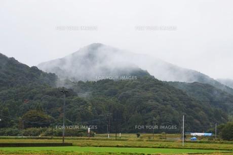 霧の山なみ・晩秋の山里の写真素材 [FYI01195036]