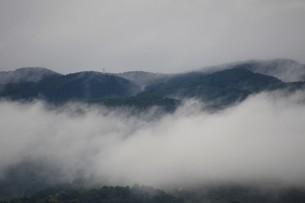 霧の山なみ・晩秋の山里の写真素材 [FYI01195037]