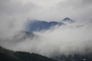 霧の山なみ・晩秋の山里の写真素材 [FYI01195038]