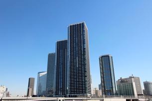 東京湾ウォーターフロントの再開発地区に建つタワーマンションの写真素材 [FYI01195472]