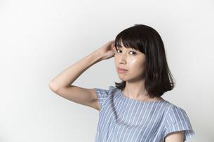 髪をさわる若い女性の写真素材 [FYI01195476]