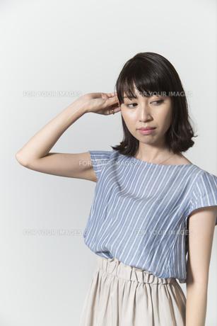 髪をさわる若い女性の写真素材 [FYI01195477]