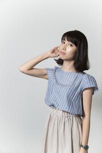 髪をさわる若い女性の写真素材 [FYI01195478]