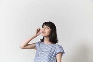 髪をかきあげる若い女性の写真素材 [FYI01195481]
