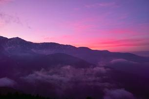夕焼けの信州の山脈の写真素材 [FYI01195637]
