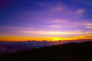 八方尾根から見た日の出と雲海の写真素材 [FYI01195639]